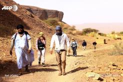 Des randonneurs et leurs guides près du village de Tergit, au sud d'Atar, en Mauritanie, le 27 décembre 2017. CRÉDITS : NORA SCHWEITZER / AFP En savoir plus sur http://www.lemonde.fr/afrique/article/2018/01/12/dans-le-sahara-mauritanien-les-touristes-reviennent-et-l-espoir-aussi_5241007_3212.html#DVHw6PqTu4OQdmUh.99
