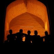Jeunes sur le pont Si-o-se Pol à Ispahan