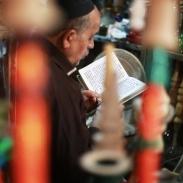 Un homme et sa Torah dans le souk de Shiraz