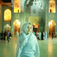 Jeune fille dans le mausolée Chah Sheragh à Shiraz