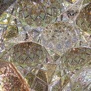 Détail à l'intérieur de l'impressionnant mausolée Shah Cheragh à Shiraz