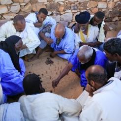 Hommes jouant à un jeu traditionnel, Ouadane