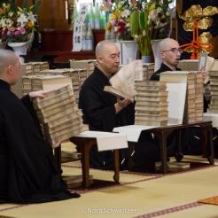 Prière dans le temple Zenpoji, Yamagata Japon © Nora Schweitzer